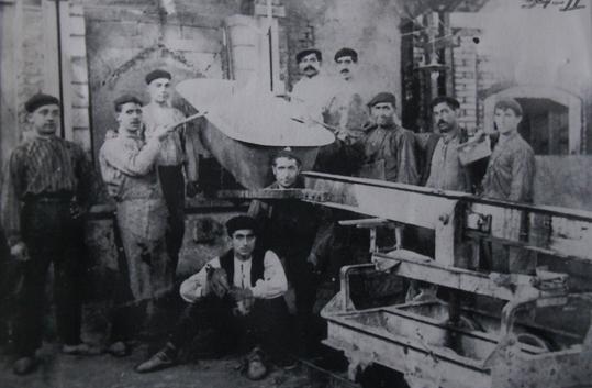 Fig._3__Trabajadores_mostrando_una_banera._Archivo_Diario_Noticias