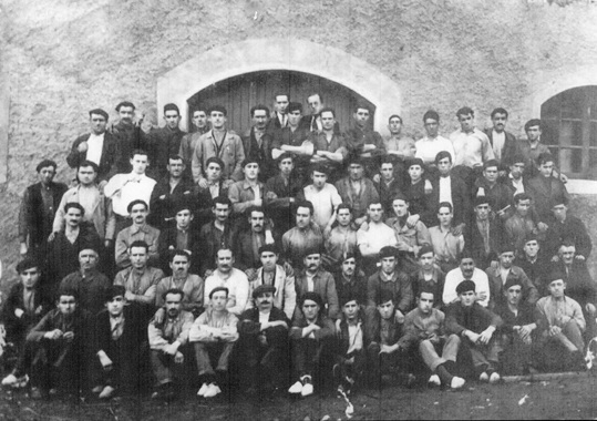Fig._4__Obreros_en_la_puerta_de_la_fundicion.Anos_40.Cortesia_de_F.Sayas
